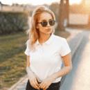 Frau mit Poloshirt
